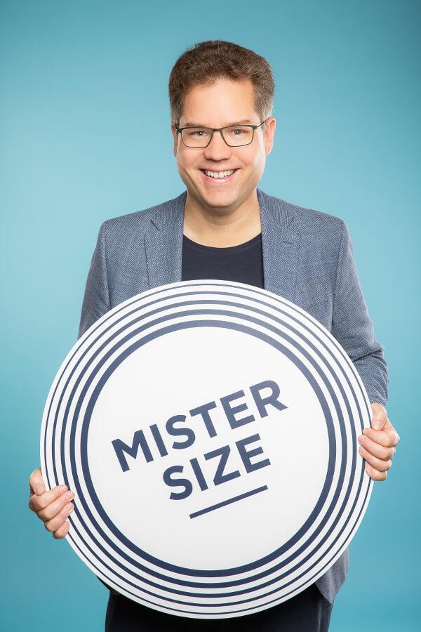 Founder Jan Vinzenz Krause with the MISTER SIZE Logo